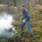 Asbjørn Solvang styrer kvistbålet
